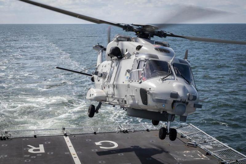 Archieffoto van een NH90 boven het achterdek van Zr.Ms. Groningen (Afbeelding: Defensie)