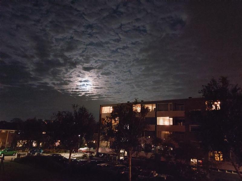 Maan in Purmerend tussen de wolken (Foto: Pukeko)