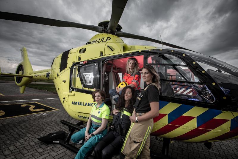 Renske Colenbrander (arts op de traumahelikopter), onder vlnr: Anna Lemmers (ambulanceverpleegkundige), Lieke Hester (politieagent), Linda van Beekhoven (brandweer)  (Foto: Jaap Binsma)