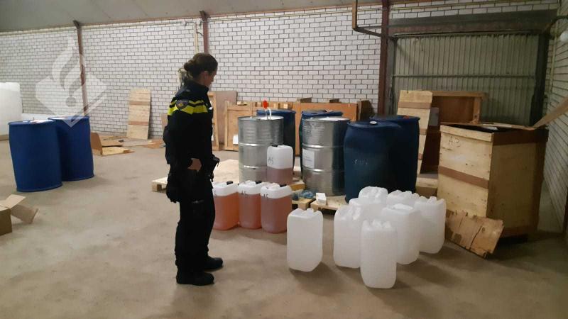 Politie doet onderzoek na aantreffen duizenden liters chemicaliën