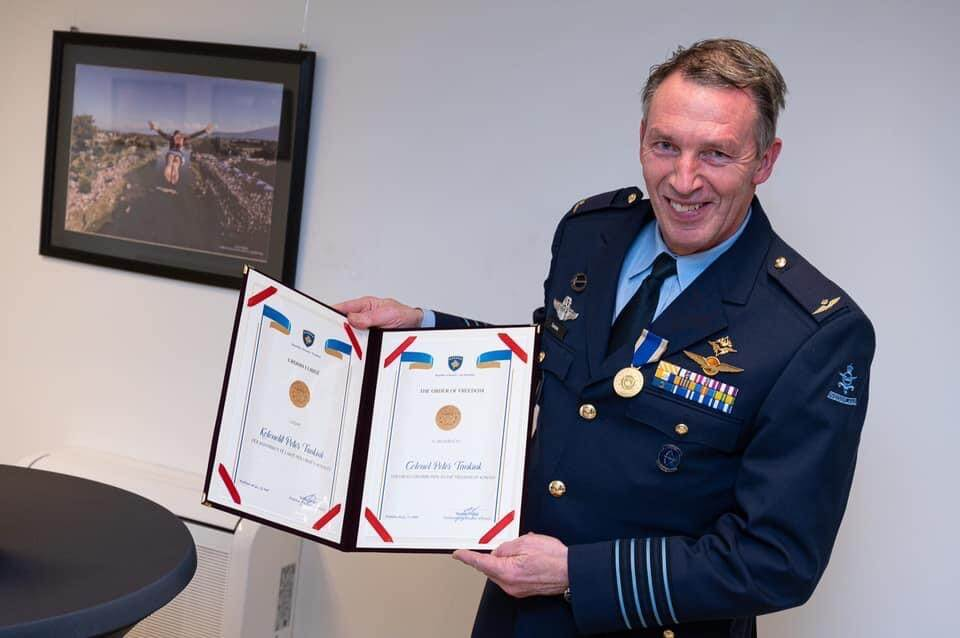Kolonel Tankink met de Order of Freedom (foto: Ministerie van Defensie)