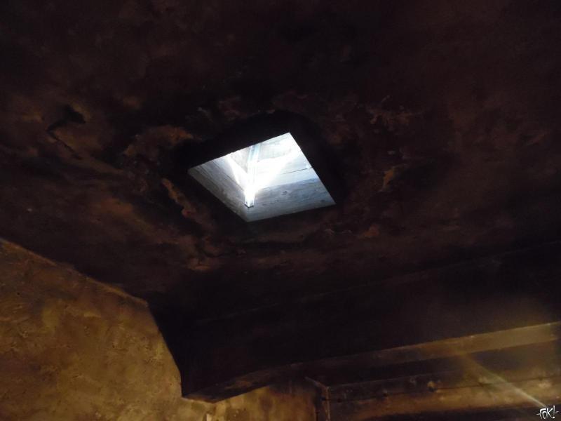 Het gat waardoor de blikken naar binnen werden gegooid (Foto: Anoniem )