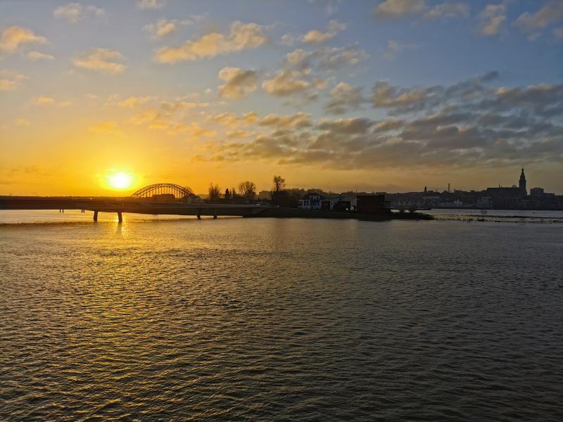 Mooie zonsopkomst bij hoogwater in Nijmegen. (Foto: DrDarwin)