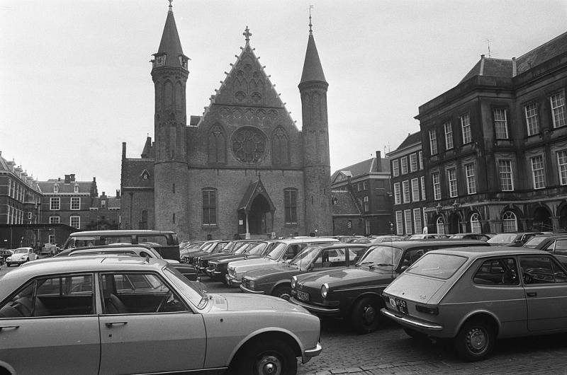 Het nutteloze feitje van de dag: Binnenhof als parkeerplaats (WikiCommons/Hans Peters / Anefo)