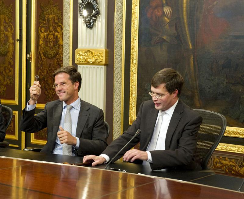Mark Rutte toen hij ruim 10 jaar geleden het sleuteltje van het torentje overnam van Jan Peter Balkenende (WikiCommons/Minister-president Rutte)