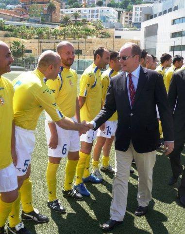 Prins Albert van Monaco schud de spelers van het Vaticaan de hand voor de wedstrijd (WikiCommons/InfattiVedeteCheViDice)