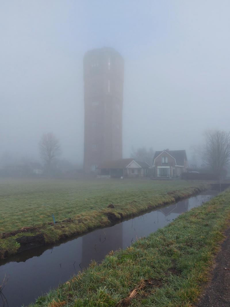 De watertoren van Kwadijk toornt zich boven de mist uit (Foto: Pukeko)