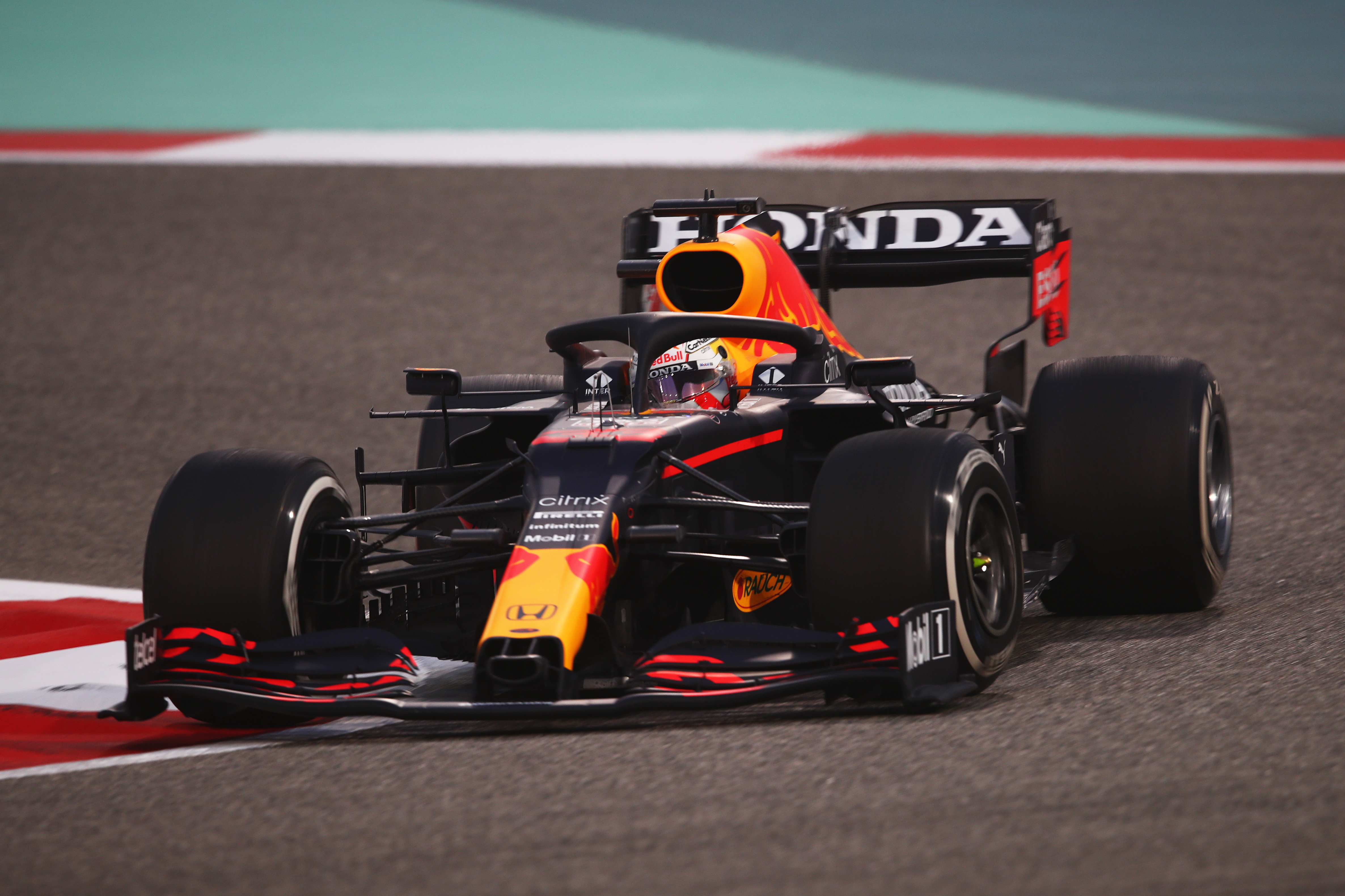 Max Verstappen tijdens de wintertest in Bahrein in de nieuwe Red Bull RB16B (Bron: Getty Images / Red Bull Content Pool)