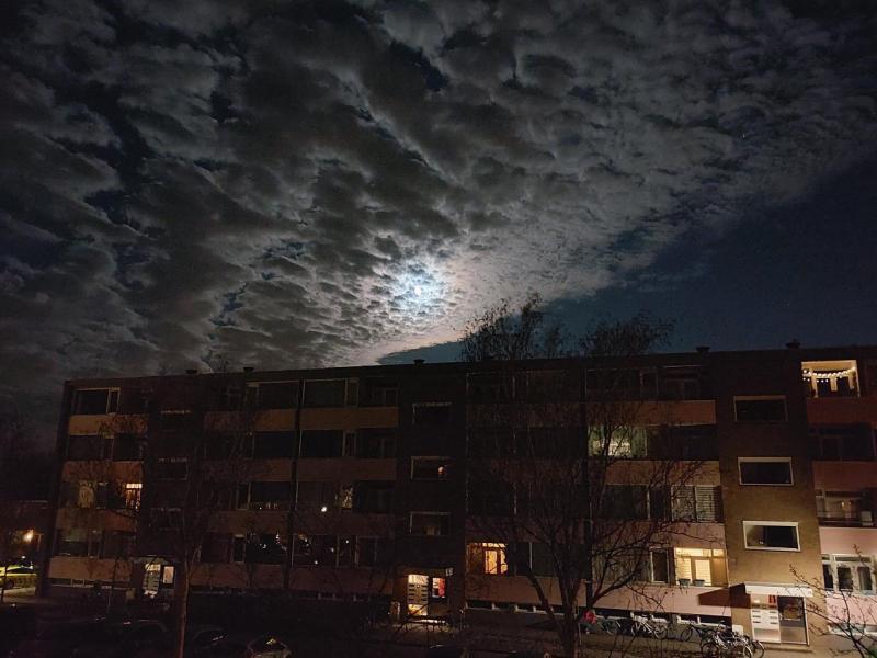 Maan achter de wolken (Foto: Pukeko)