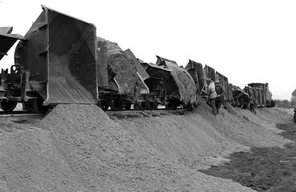 De aanleg van 'het hazepad' (bron: https://beeldbank.rws.nl, Rijkswaterstaat)