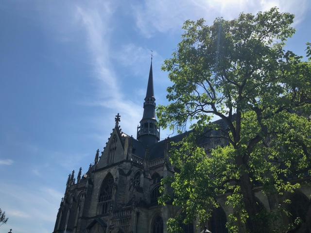 Basiliek van het Heilig sacrament in Meerssen onder een blauwe lucht (Foto: Charged)