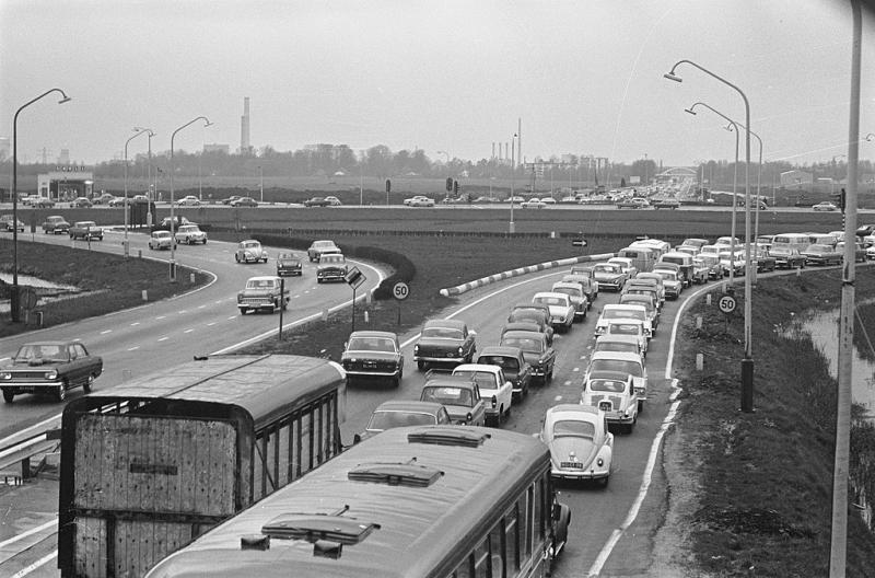 Het verkeersplein van knooppunt Oudenrijn zou later nog veel vaker het decor zijn van files (WikiCommons/Eric Koch/Anefo)