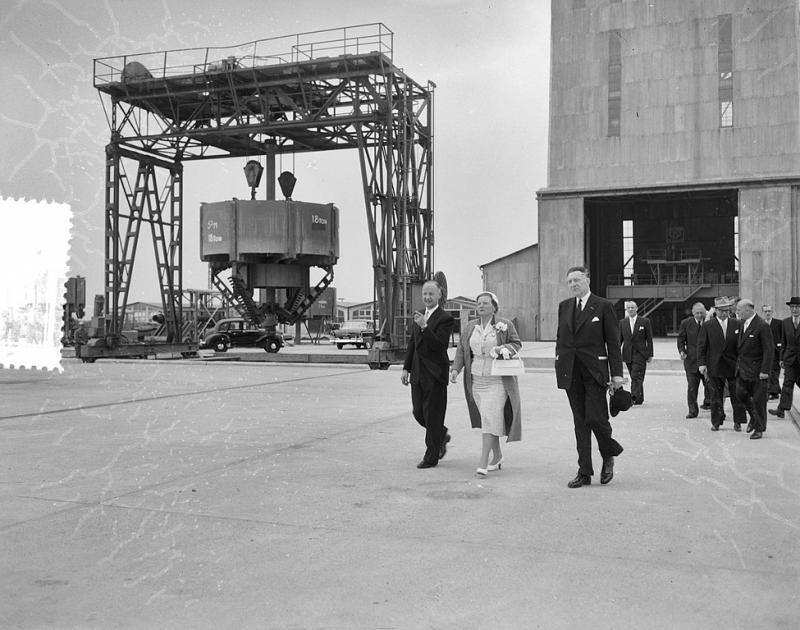 Koningin Juliana tijdens een bezoek aan de in aanbouw zijnde kolenmijn Beatrix (WikiCommons/Joop van Bilsen/Anefo)