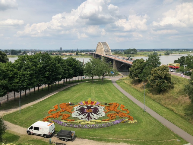 Zon en bewolking boven de Waalbrug in Nijmegen (Foto: Charged)