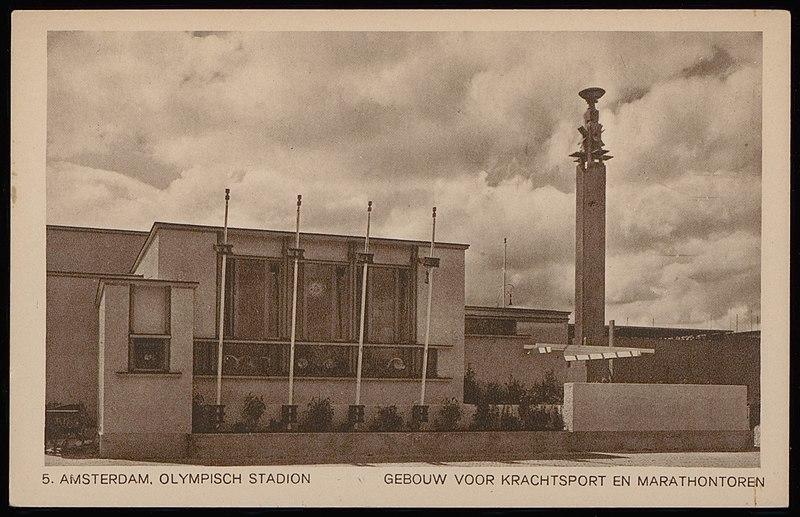 De Marathontoren naast het Olympisch Stadion, de plek waar voor het eerst het olympische vuur brandde (WikiCommons/Weenenk en Snel/Stadsarchief Amsterdam)