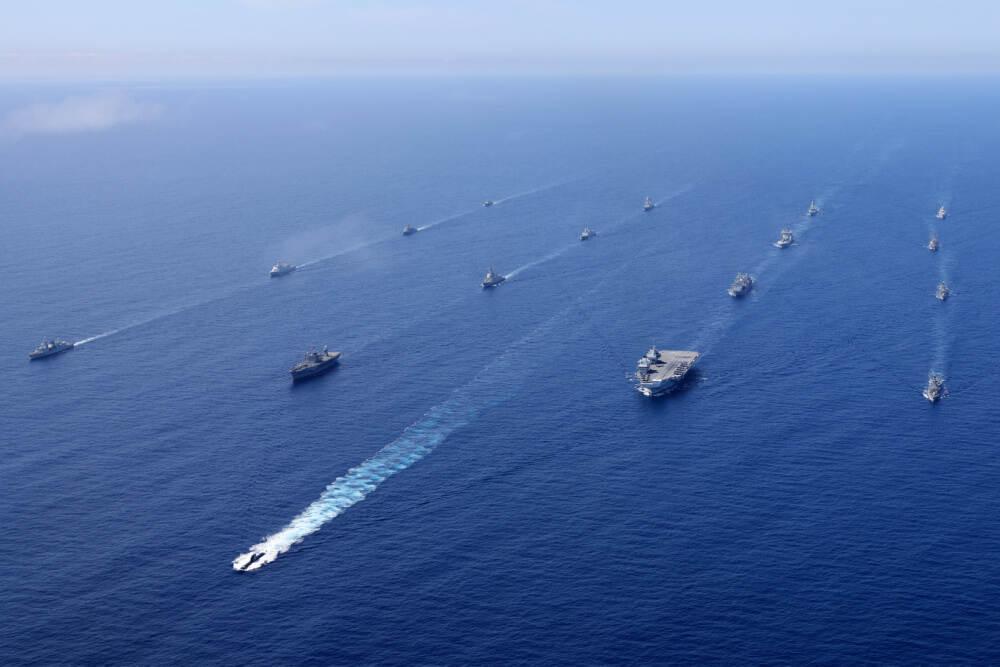 De Britse Carrier Strike Group met aangehaakte trainingspartners (foto: Ministerie van Defensie)