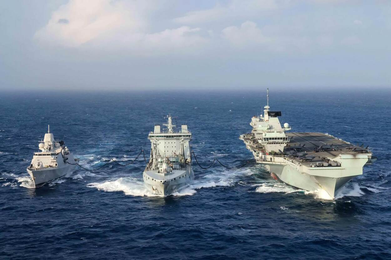 RFA Tidespring voorziet Zr.Ms Evertsen en HMS Queen Elizabeth (re) gelijktijdig van brandstof (foto: Ministerie van Defensie)