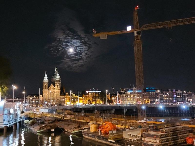 Volle maan in een stad (Foto: Pukeko)