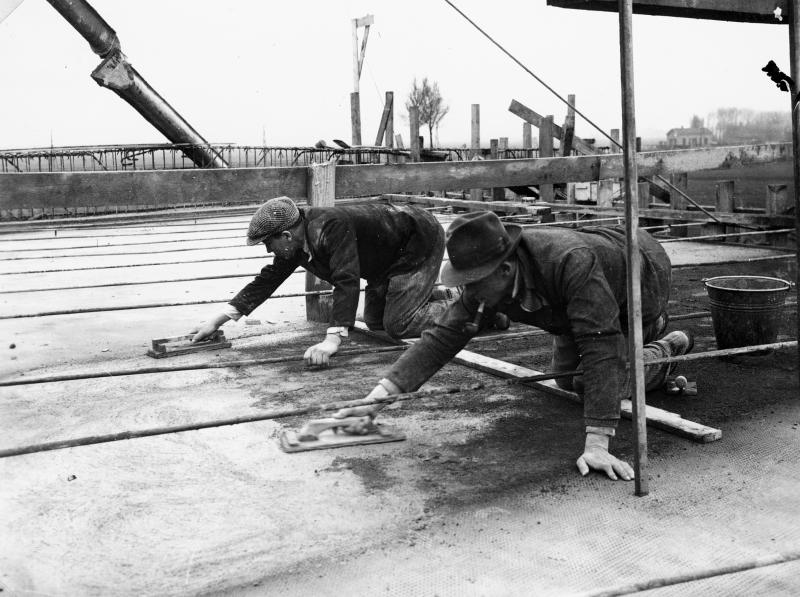 De aanleg van de eerste snelweg ter wereld met een vluchtstrook (Bron: https://beeldbank.rws.nl, Rijkswaterstaat / Verbost)